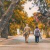 Adultos mayores paseando por el parque